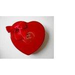 Magnat Lovely Cherry pralinky z horkej čokolády s višňami v plechovom srdci 98g